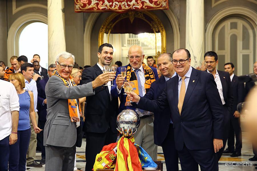 Brindis en el Ayuntamiento con el alcalde Joan Ribó
