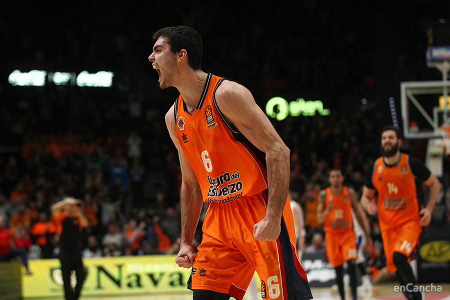 Alberto Abalde grita con todas sus fuerzas tras el triple que remataba la victoria del Valencia Basket