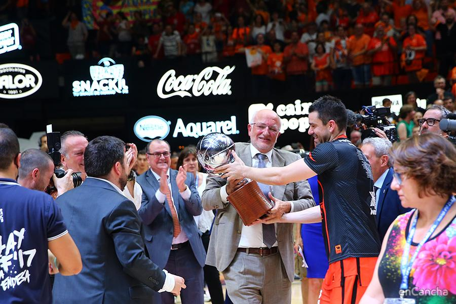 Rafa Martinez ofrece el trofeo al dueño del club Juan Roig