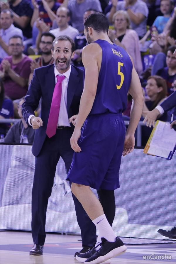 Sito Alonso dando instrucciones a Pau Ribas