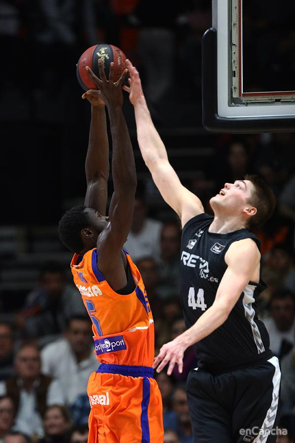 Ben Lammers tapona a Maurice Ndour