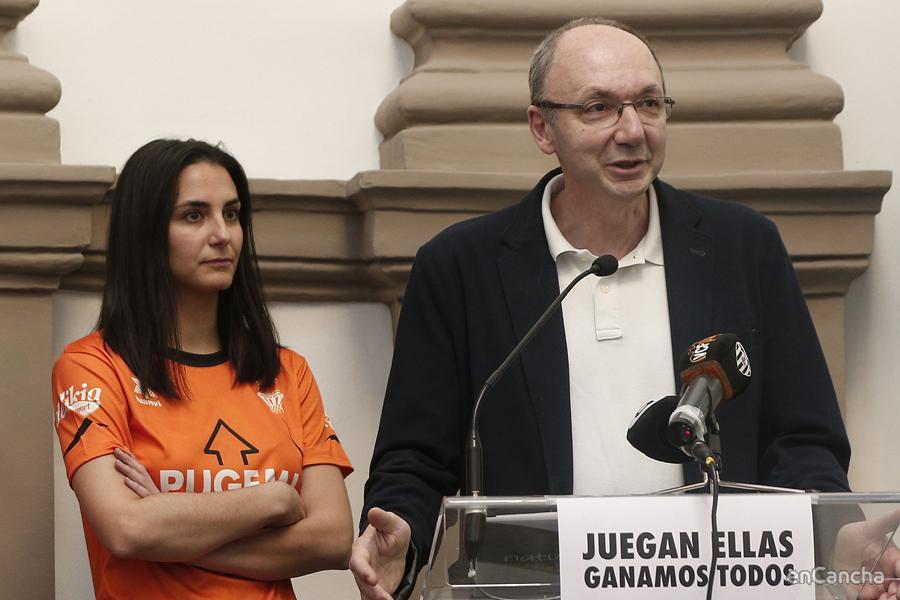 Esteban Albert y Begona Pallardo, con la camiseta conmemorativa del ascenso, participan en la campaña