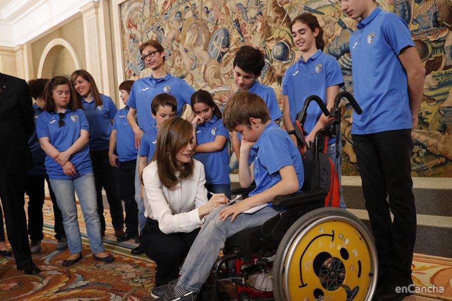 Los equipos femeninos y masculinos así como representantes de la Fundación visitan a la Reina Letizia