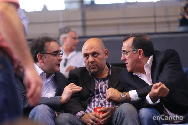 El seleccionador español José Ignacio, junto a Mondelo y Nicolás Sanjosé en la tribuna de la fonteta