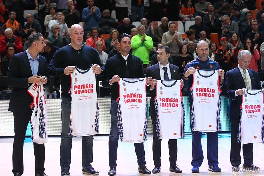 Varios jugadores del equipo que ganó la Copa del 98. Por este motivo el Valencia jugó de blanco, como lo hacia en aquella época.