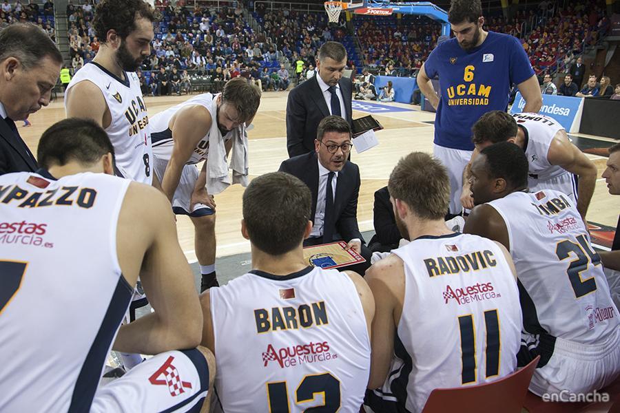 Fotis Katsikaris explicando la tactica a los suyos