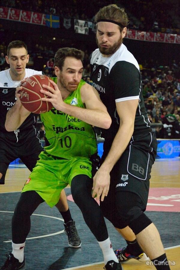 Georgios Bogris defendiendo a Txemi Urtasun