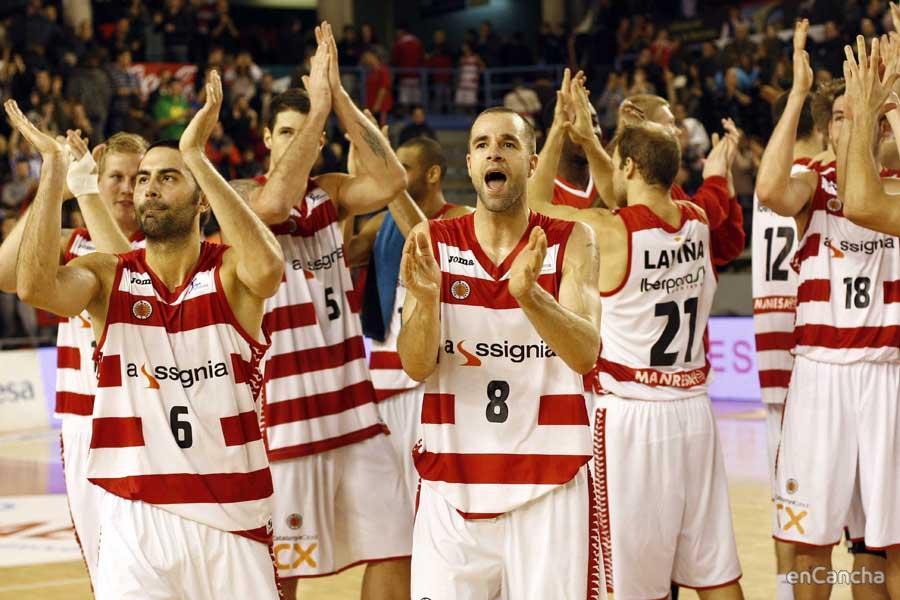 Los jugadores del Assignia Manresa celebran su primer triunfo en la competición