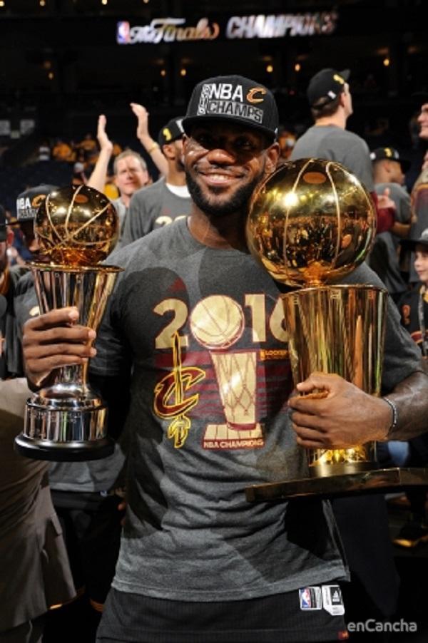 Lebron James posa con el trofeo de MVP de la final y campeones de la NBA conseguido con los Cavaliers en la temporada 2015/16